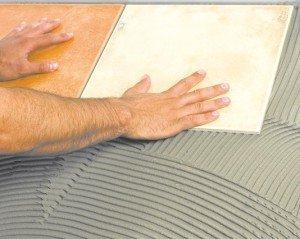 Процесс укладки кафельной плитки