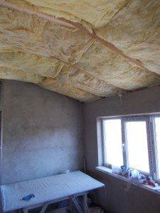 Укладка теплоизоляционного материала по всей крыше