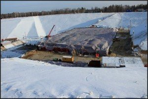 Бетонированную площадку зимой накрывают тентом