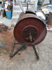 Способ закрепление оси барабана смесителя к станине.