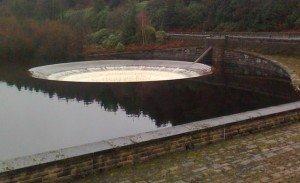 Сброс лишней воды из водохранилища плотин