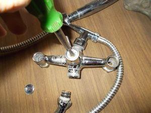 Процесс откручивания болта крепления рукоятки переключателя
