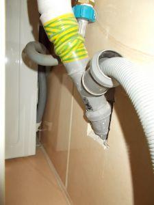 Соединение сливного шланга с канализацией.