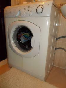 Подключенная к водопроводу стиральная машина
