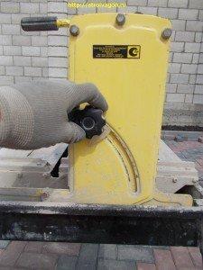 Фиксирующие болты для изменения угла разреза материала.