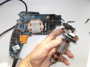 Процесс разборки электрического двигателя шуруповерта