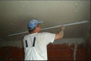 Процесс разравнивания раствора на потолок без маяков