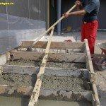 Процесс укладки бетона в опалубку